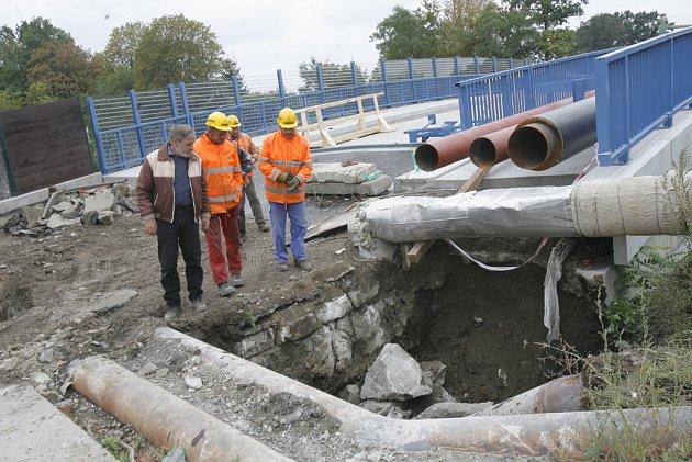 Do finále se dostávají práce na novém mostu u hřbitova v Mladém na okraji Českých Budějovic. Původně měl být předán v září, ale vše nasvědčuje tomu, že práce se protáhnou nejméně do října.