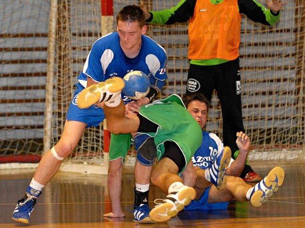 Bývalý hráč Jiskry Třeboň Radek Mráz (vlevo brání ještě v dresu Jihočechů v průniku protihráče spolu s Kotlabou) se podílel na porážce svých bývalých spoluhráčů čtyřmi brankami.