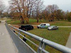 Policejní páska ohražující prostor u mostu u českobudějovické plovárny ohlásila ve středu ráno smutnou událost. Byla zde nalezena mrtvá žena.
