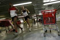 Třetí ročník podzemního maratonu se uskutečnil 23. ledna v druhém parkovacím podlaží pod čekobudějovickým nákupním centrem Mercury.Loňské vítězství obhájil Daniel Orálek (čas 2.32.41).  (na snímku, před ním  Mulugeta Serbessa