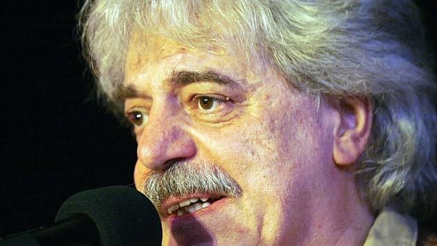 Robert Křesťan přijel ve středu do píseckého Divadla Pod čarou s kapelou Trapeři. Jde o jeho úplně první skupinu, kterou založil zkraje 70. let.