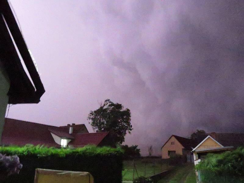Krátce po půlnoci ve čtvrtek 24. června se i Táborskem prohnala bouřka doplněná silným deštěm.