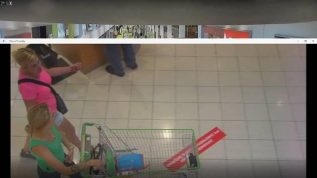 Pokud jste viděli ženy na fotografiích nebo je znáte, kontaktujte policisty na lince 158. Mohly by pomoci s objasněním krádeže.