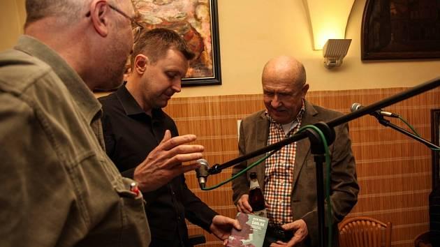 Petr Mano napsal knihu Šarlák, která zachycuje atmosféru 80. let v Písku. Snímek ze křtu knihy, křtil ji Petr Nárožný.