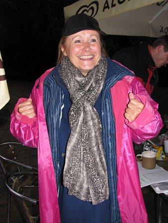 Na krumlovské točně vyměnili herci Jihočeského divadla kostýmy za pláštěnky a holínky. Růžovofialovou pláštěnku měla Daniela Bambasová, barevně sní sladila iholiny.