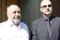 Pavel Prudil (na snímku vlevo se starostou města Milanem Šnorkem) nikdy neměl šanci poznat svého tátu. Byl ještě miminko, když Františka Prudila popravili příslušníci Gestapa.