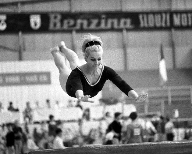 Věra Čáslavská jako šestadvacetiletá gymnastka včervnu 1968při přeskoku na mistrovství ČSSR.