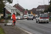 Dopravu na opravovaném úseku řídí od 6ti do 17ti hodin dělníci místo semaforů. Díky tomu jsou kolony ve městě menší.