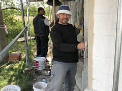 Řemeslníci dělají novou fasádu kapličce v Češnovicích.