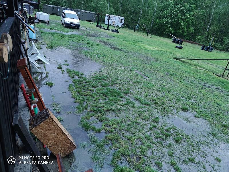 V sobotu odpoledne vydatný déšť zasáhl také Jindřichův Hradec. Snímek je z kynologického cvičiště.