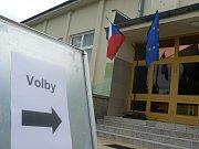 Evropské volby v Borovanech. Dvě komise zde sedí proti sobě v kulturním sálu.