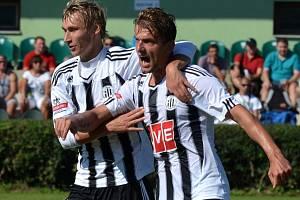 Filip Rýdel slaví v Holešovicích svůj gól na 1:0, s gratulací přispěchal Pavel Novák.