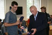 Kromě politických rozhodnutí má jihočeský hejtman Jan Zahradník v popisu práce i akce spíše společenské. Na snímku předává volejbalistovi Janu Ulčovi (vlevo) medaili za vzornou reprezentaci Jihočeského kraje.