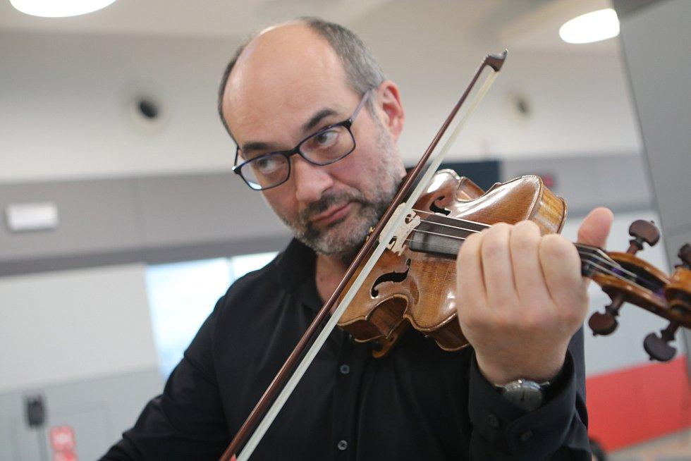 Jihočeská filharmonie svá vystoupení natáčí na letišti. Mezi hudebníky byl speciální host - zpěvačka a houslistka Iva Bittová.