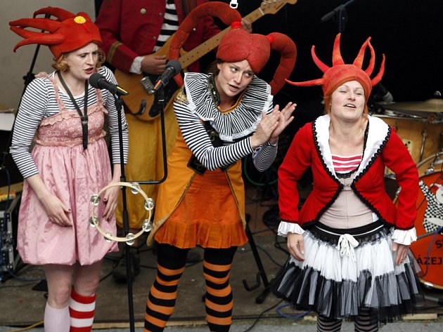 Třetímu albu Kašpárka v rohlíku s názvem Ten Halywůd dominuje elektronika. Na snímku zleva bejbypankerky Lucie Škodová, Tereza Peterková a Denisa Posekaná, všechny z loutkohry Jihočeského divadla.