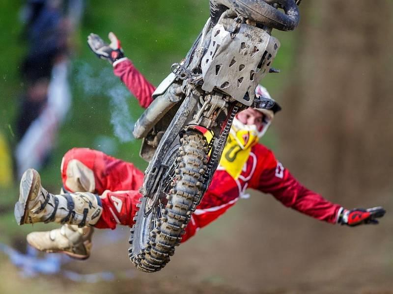 Závod motocyklů do strmého vrchu přináší řadu dramatických situací.