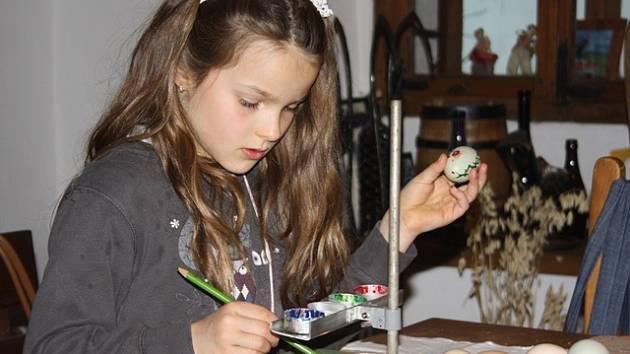 Malování vajíček zaujalo v novohradské kovárně Markétu Chrtovou z Horní Stropnice. I když si vyzkoušela i výrobu pečiva či pletení pomlázek, od kraslic se nemohla odtrhnout.