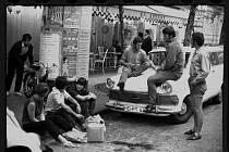 LÉTO 1968. Snímek z cesty z letní brigády v zahraničí. Václav Reischl sedí na kapotě vozu.