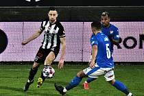 Vítězný gól v zápase Dynama s Baníkem (1:0) dal Matěj Mršič (na snímku ho atakuje Adam Jánoš).