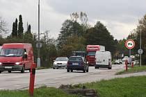 Část hlavní silnice v Lišově, která se na podzim 2014 začne opravovat jako první.