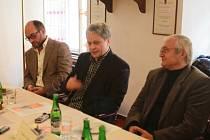 Jihočeská komorní filharmonie bude mít od 1. ledna 2014 nového ředitele. Povede ji Otakar Svoboda (60). Na snímku z tiskové konference zleva šéfdirigent JKF Jan Talich, Otakar Svoboda a Tomeš Vytiska, krajský radní pro kulturu (KSČM).