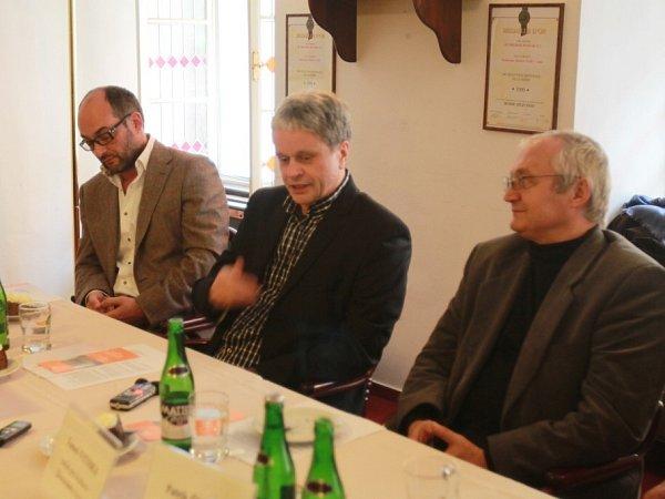 Jihočeská komorní filharmonie bude mít od 1.ledna 2014nového ředitele. Povede ji Otakar Svoboda (60). Na snímku ztiskové konference zleva šéfdirigent JKF Jan Talich, Otakar Svoboda a Tomeš Vytiska, krajský radní pro kulturu (KSČM).