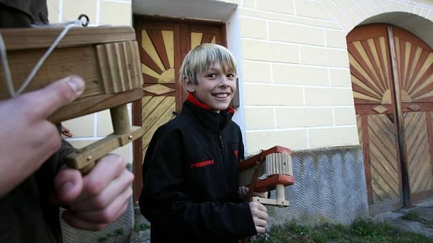 ZA KUROPĚNÍ. Brzy ráno včera vstaly děti z obce Záluží na Soběslavsku, aby vyřehtaly vesnici. Tento lidový obyčej nahrazuje zvony, které od Zeleného čtvrtka do Bílé soboty mlčí