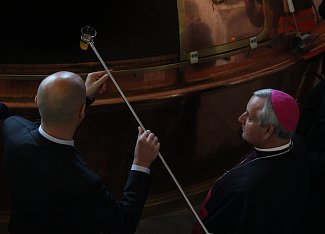 Vrchní sládek Adam Brož podává ochutnávku českobudějovickému biskupovi Mons. Vlastimilu Kročilovi, který ji následovně požehná.