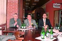 Volbu Jiřího Zimoly  (vpravo) do čela krajské kandidátky ČSSD si pochvaloval