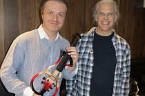 Pavel Šporcl natáčel v Londýně melodie z filmů o Jamesi Bondovi. A dostal nové elektronické housle.