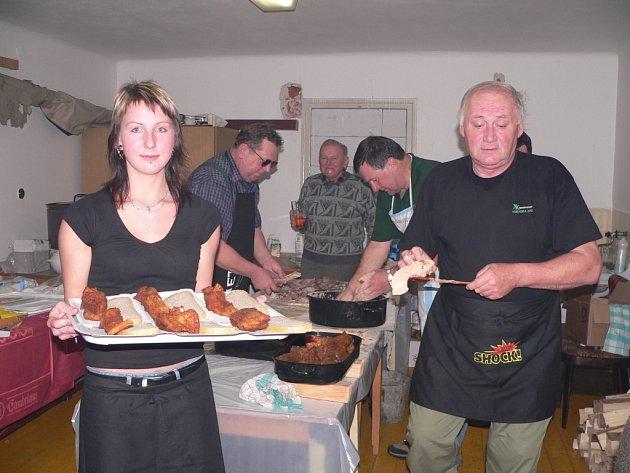 Příprava a pečení kapra jsou v Ostrolovském Újezdu tradičně doménou mužů. Hasiči tvrdí, že to je chlapská záležitost. Podávání porcí kapra hostům ale přenechávají raději sympatickým mladým dívkám. Koneckonců i ženy mají v rámci sboru své družstvo.