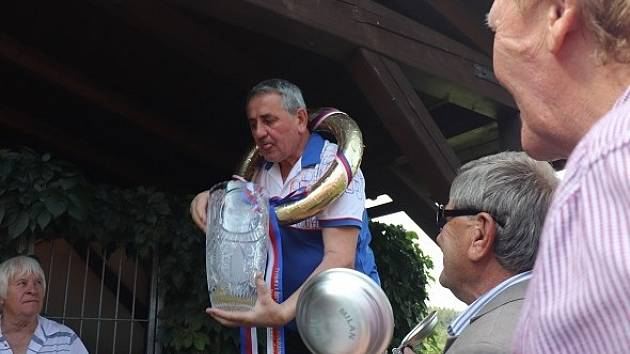 Milan Šimák zase s pohárem...
