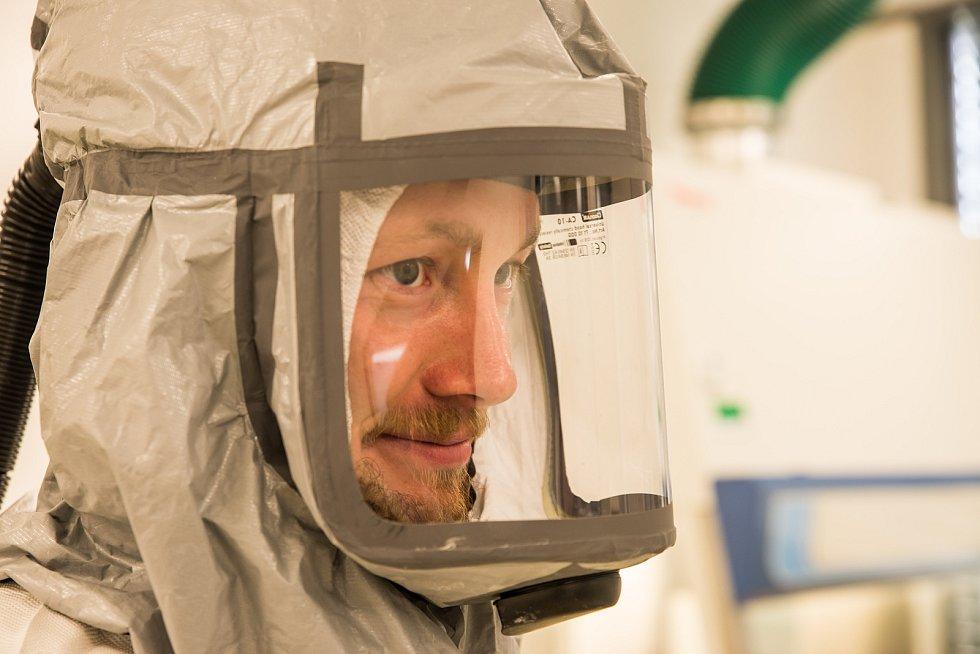 Martin Palus s kolegy testují na koronavirus.