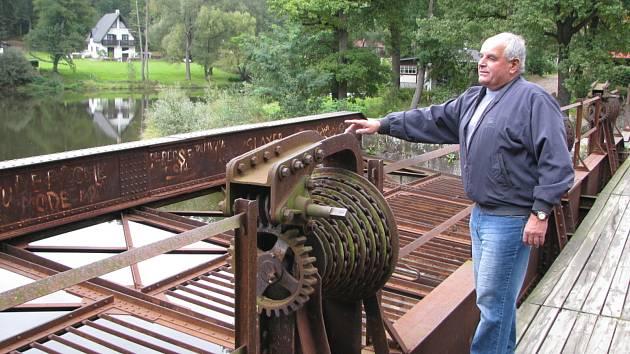 Velká železná konstrukce – rechle, u Plavu (na snímku před opravou) sloužila při plavení dřeva. Na lávce bývalý starosta obce Jaroslav Hlach.