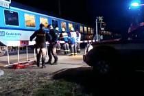Člověka, který se v pondělí večer pohyboval v kolejišti na území krajského města, smetl vlak.