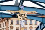 Nedaleko českobudějovického krajského soudu se na mostě v sobotu 6. května brzy ráno objevil Andrej Babiš.