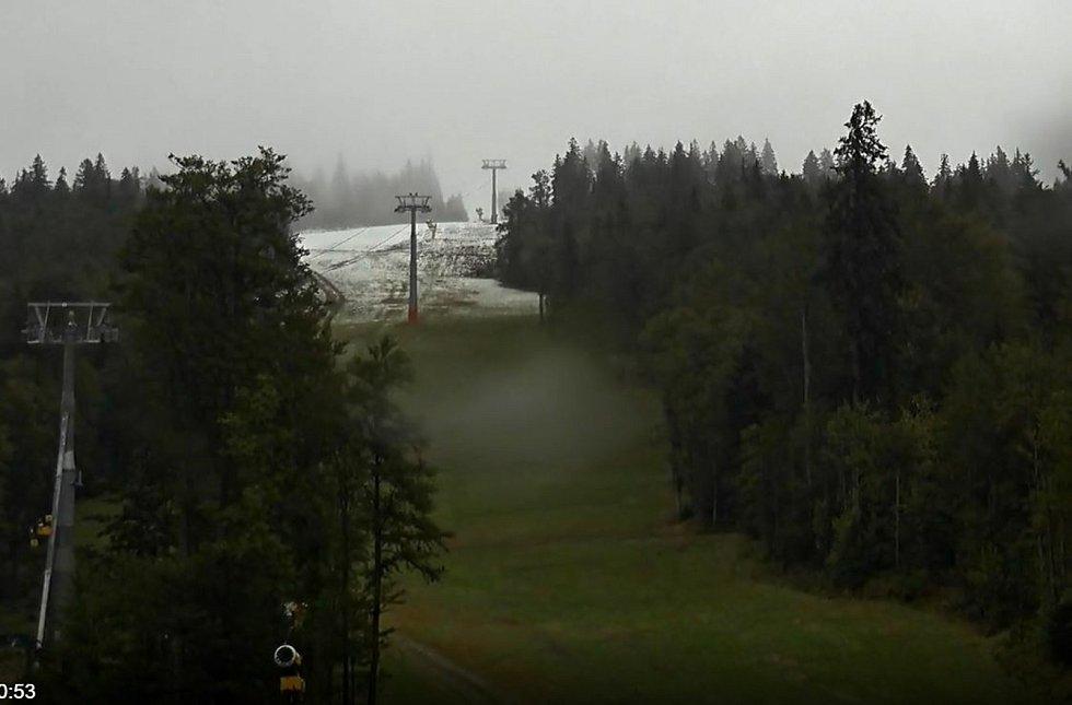 Šumavské vrcholy zbělely prvním sněhem této sezóny. Na snímku lyžařské středisko Hochficht.