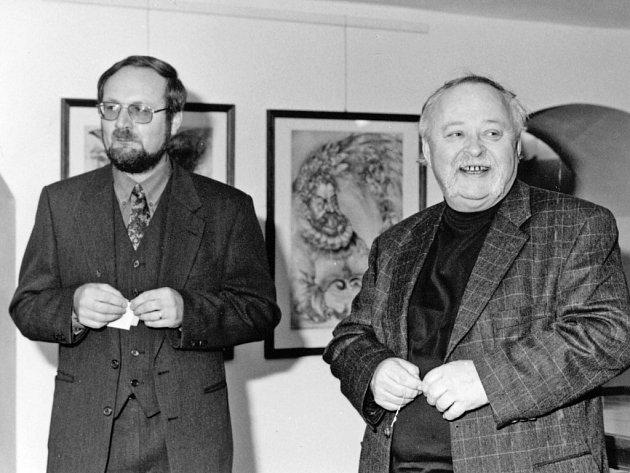 Vlastimil Tetiva pracoval jako kurátor 37let vAlšově jihočeské galerii. Oldřicha Kulhánka představil na jihu již v80. letech, jejich společný snímek je zvýstavy ve Wortnerově domě, rok 2000.