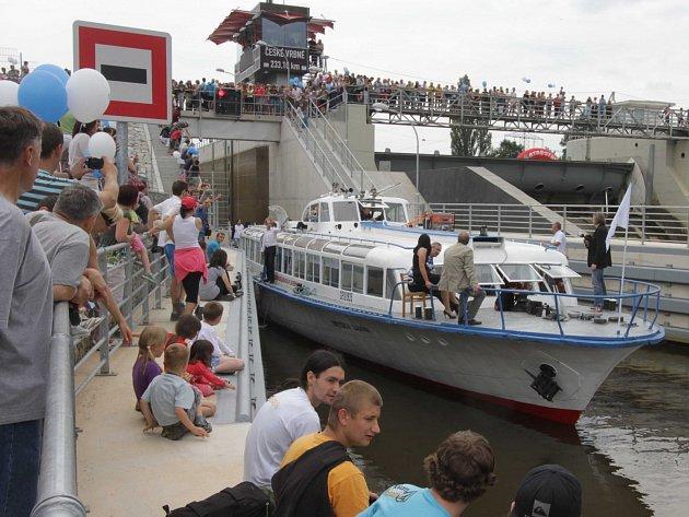 Dva muži odnesli od plavební komory v Českém Vrbném 78 tun trubek.