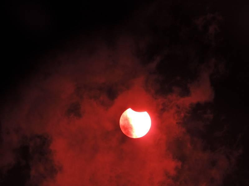 Soňa Zubrová fotila zatmění Slunce v Praze přes disketu.