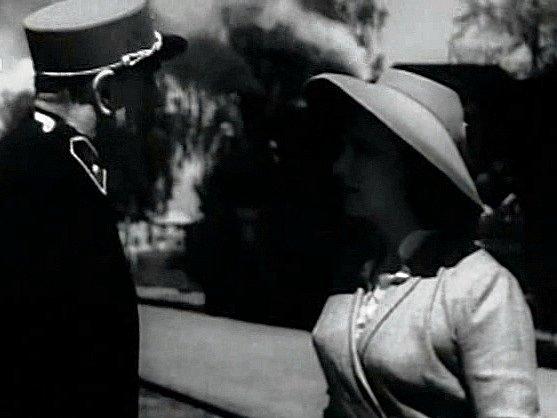 Tento snímek je zKardašovy Řečice. Herečka se ptá výpravčího na cestu.