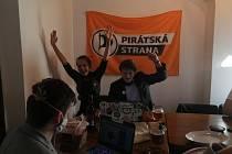 Jihočeští Piráti sledovali výsledky voleb v budějovickém centru.