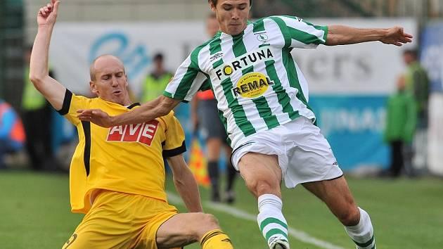 Aziz Ibragimov ještě v dresu Bohemians před čtyřmi roky v lize s Dynamem bojuje s Martinem Leštinou. Teď by uzbecký fotbalista měl hájit barvy Dynama.