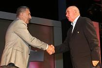 Do Síně slávy byl uveden bronzový volejbalista z OH v Mexiku 1968 Antonín Procházka, na snímku mu blahopřeje hokejová legenda Jaroslav Pouzar.