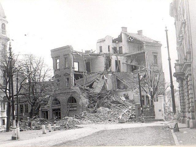 Po náletech v březnu 1945 zůstalo v Českých Budějovicích mnoho zmařených životů a zničených domů. Na snímku je objekt na rohu Žižkovy a Čechovy ulice.