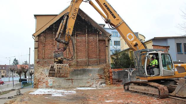 Odklízí poslední zbytky po bývalém kabaretu v Průmyslové ulici.