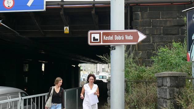 V jižních Čecháh již fungují tabule, které navigují řidiče k zajímavým turistickým cílům. K značení v Českých Budějovicích brzy přibudou i vítací cedule při vjezdech do města.