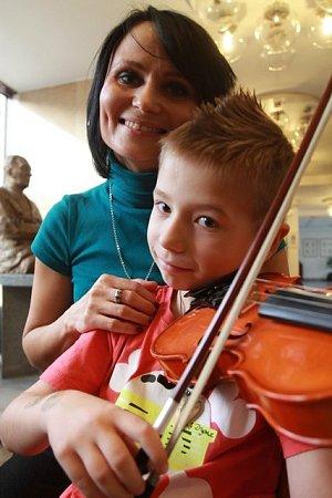 Houslistka Jihočeské komorní filharmonie Lilija Červinková se synem Romanem.
