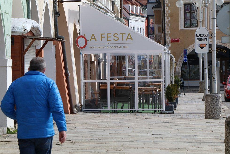 Zavřené zahrádky na náměstí v Českých Budějovicích.