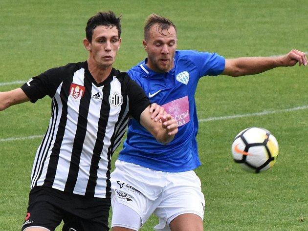V nedávném derby hrálo táborsko s Dynamem 1:1 (vpravo Zbyněk Musiol v souboji s budějovickým Lukášem Havlem), v sobotu hraje Dynamo v Sokolově a v neděli Táborsko doma přivítá Prostějov).